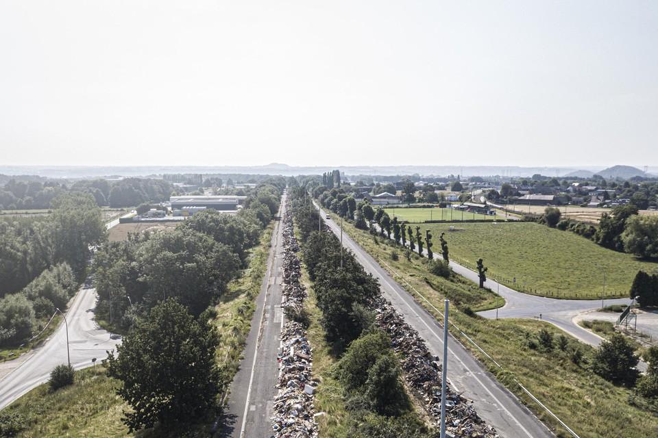 De A601, een 5 kilometer lange spooksnelweg ten noorden van Luik, wordt nu gebruikt om het grove afval uit de getroffen regio's tijdelijk op te slaan.
