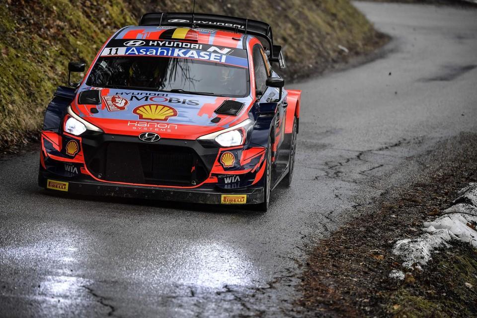 Thierry Neuville scheurt over het asfalt van Monte Carlo.