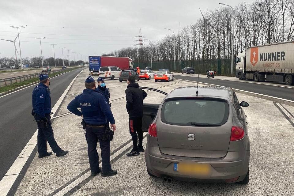 De buitenlandse auto's werden door de wegpolitie gecontroleerd op de snelwegparking in Boorsem.