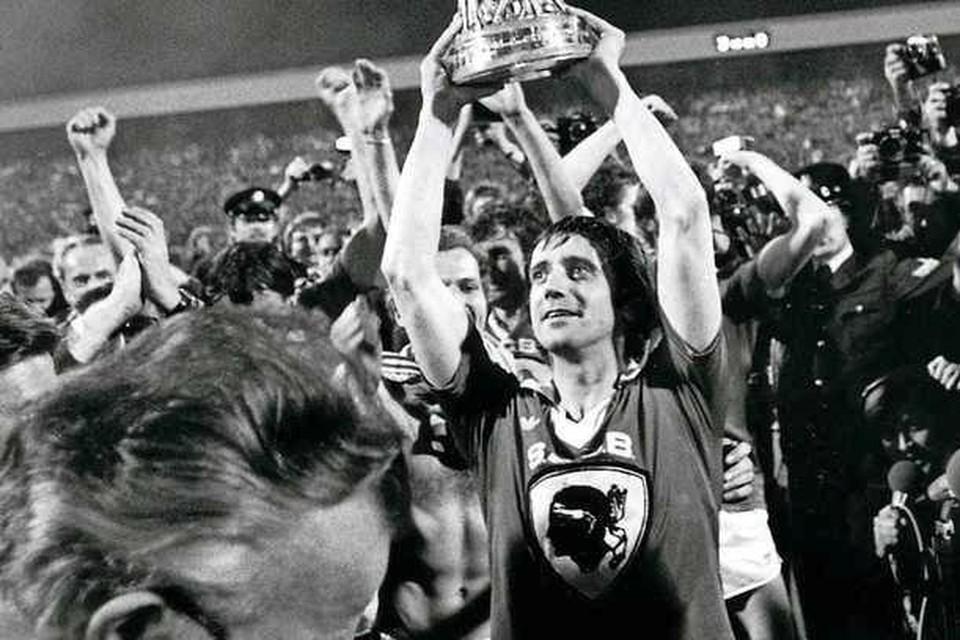 Willy van der Kuijlen toont de UEFA Cup in 1978.