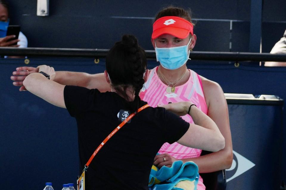Elise Mertens kreeg medische hulp tijdens haar match tegen Osaka.