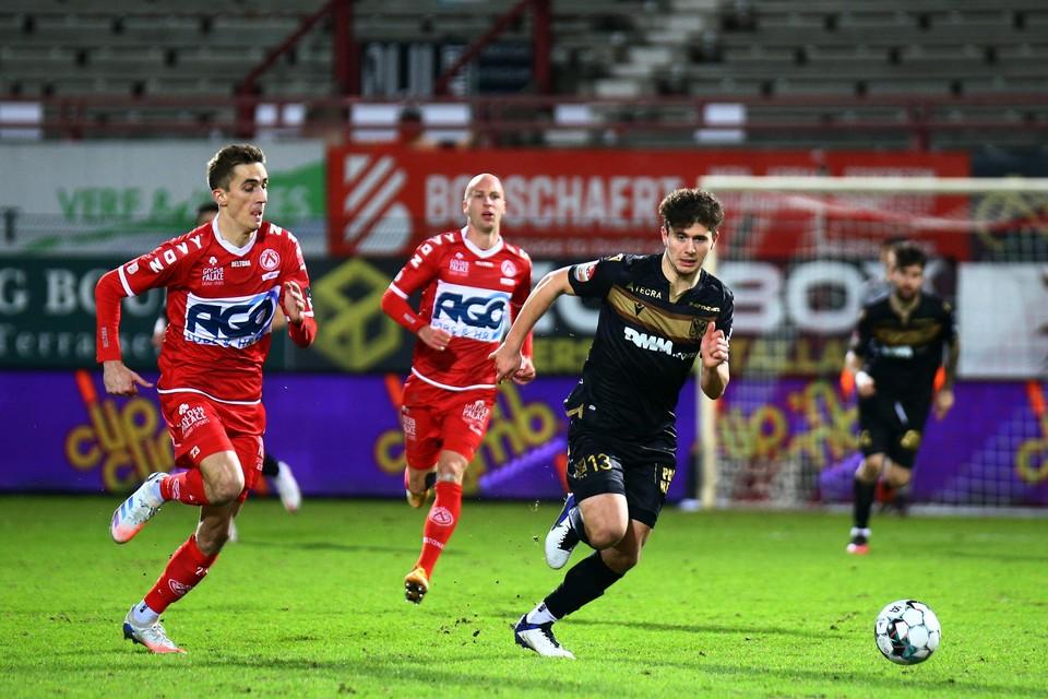 Liberato Cacace in actie tegen KV Kortrijk.