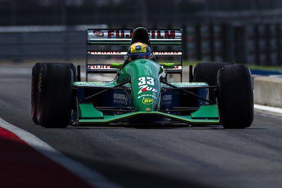 Mick Schumacher in de Jordan 191 waarmee zijn vader Michael Schumacher in de Formule 1 debuteerde
