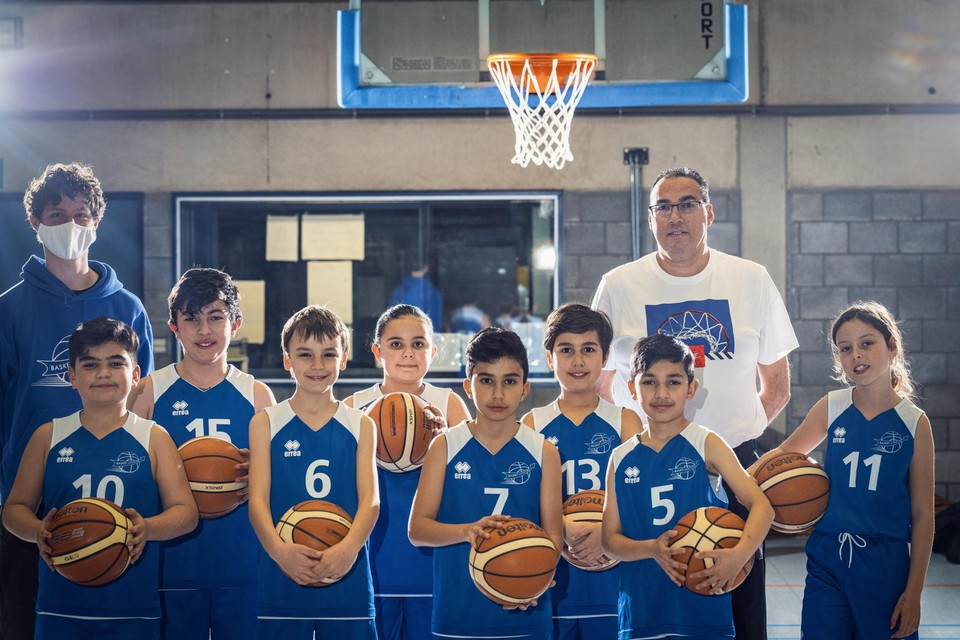 """Samer Assecour (in wit shirt): """"Ik vind het heel plezant om met jeugd te werken."""""""