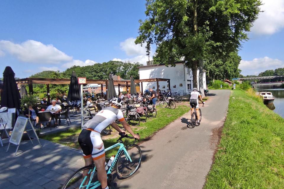 """Café Dike Lowie mikt vooral op fietsers en wandelaars. """"We willen in de eerste plaats een rustpunt zijn waar mensen even op krachten kunnen komen"""", zegt uitbater Levi."""