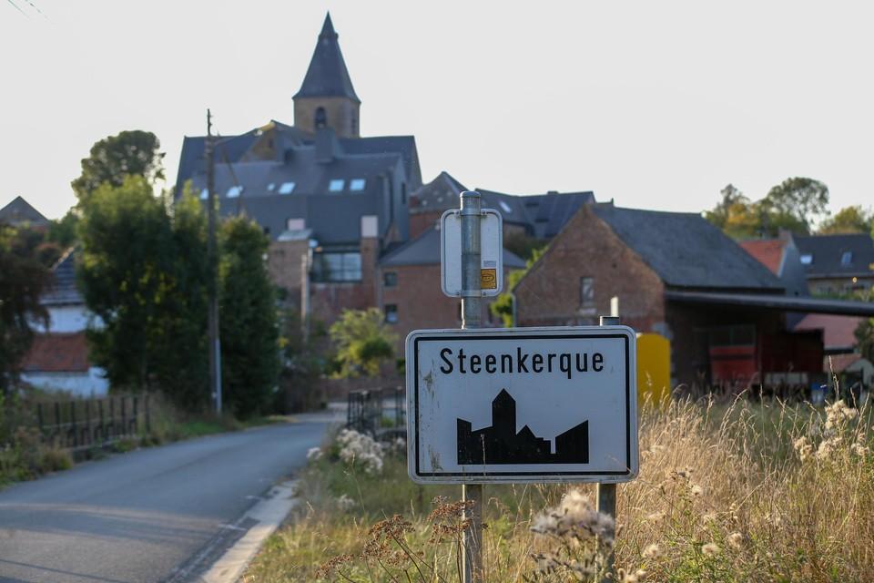 Benyamine E. en zijn neefje Ilias waren stomverbaasd toen er zondagmiddag, in het piepkleine Waalse dorpje Steenkerke, plots een helikopter boven hun hoofd begon te cirkelen.