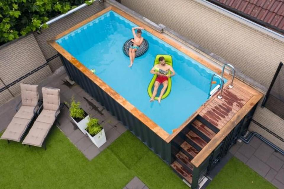 Je kunt een zwembad laten graven, maar tegenwoordig komen ze ook in een container.