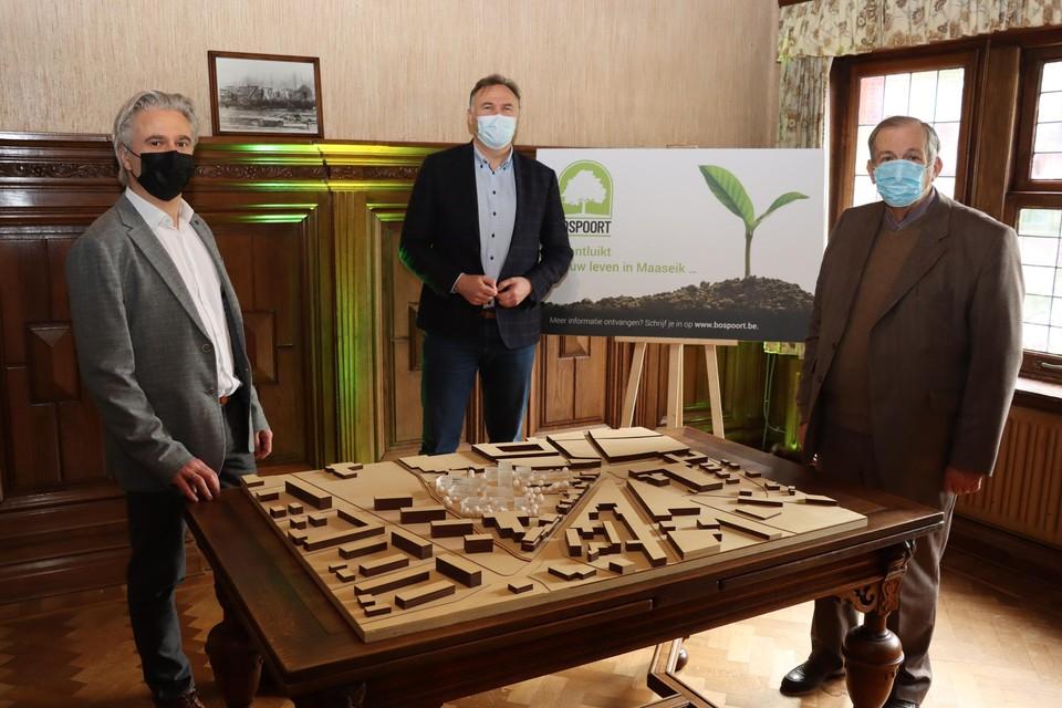 Architect Franks Jaspers (links), burgemeester Johan Tollenaere (midden) en projectontwikkelaar Hubert Janssen (rechts) stelden vrijdag de plannen van het stadsontwikkelingsproject voor.