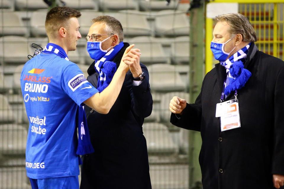 Voorzitter Croonen en AD Erik Gerits feliciteren aanvoerder Heynen.