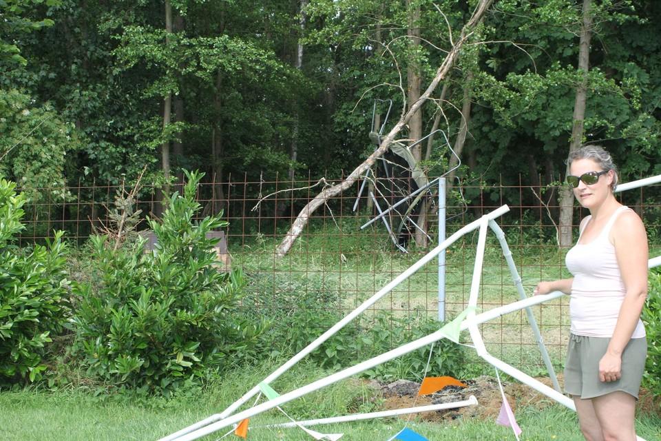Bij Esther Janssens belandde de trampoline in de bomen.