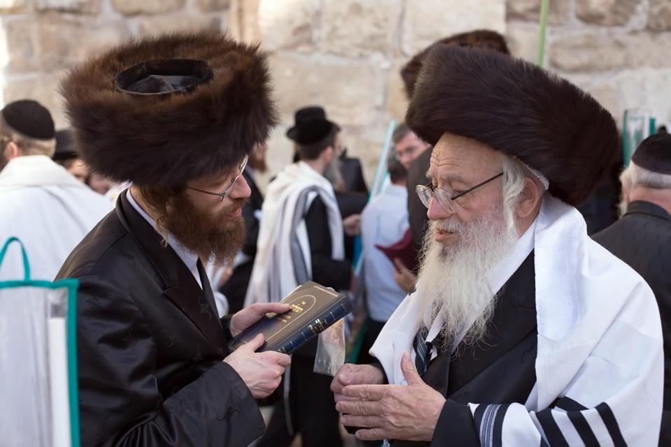 Getrouwde, ultraorthodoxe Joodse mannen mogen ondanks het verbod nog steeds een nieuwekopen.