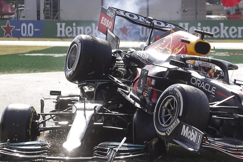 De botsing tussen Hamilton en Verstappen.