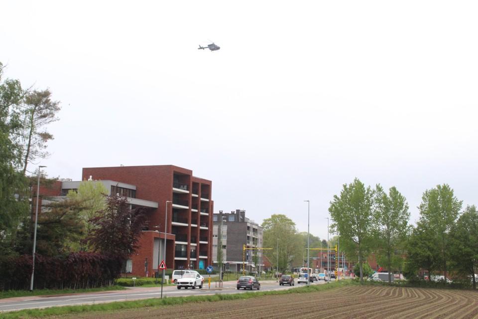 Een politiehelikopter overvliegt het gebied.