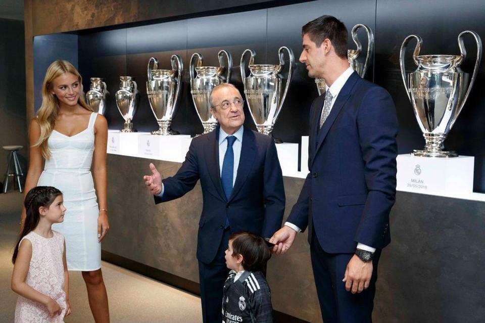 Mishel met Courtois en zijn kinderen tijdens de contractverlenging bij Real Madrid.