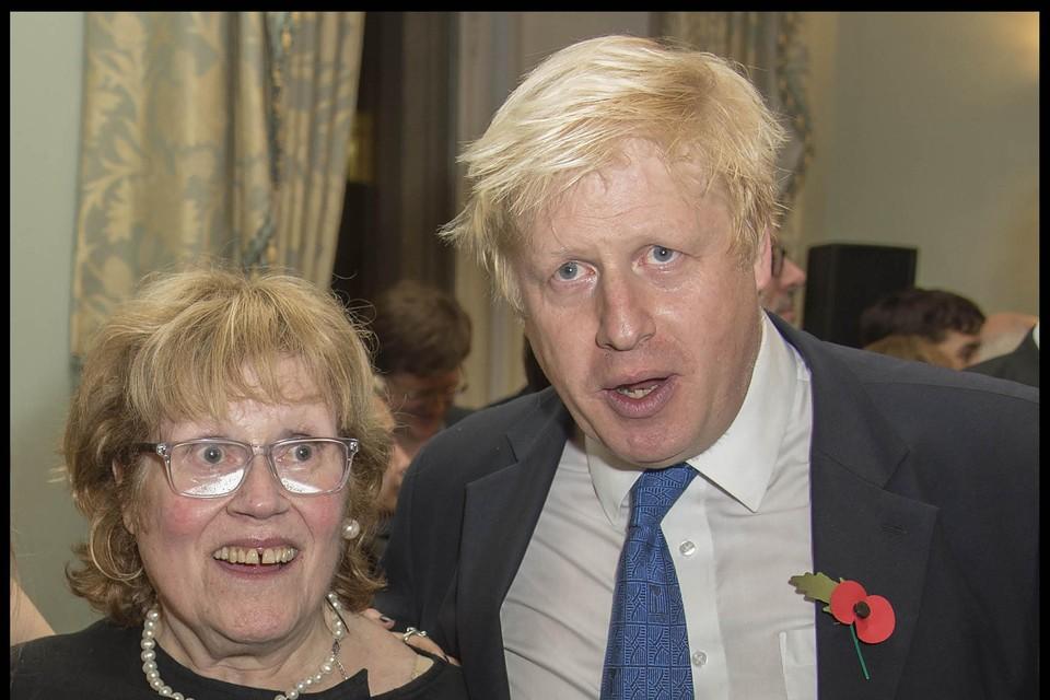Archiefbeeld: Boris Johnson met zijn moeder in 2014.
