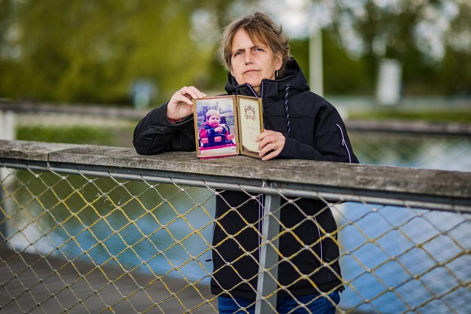 """Danielle Huysmans met een foto van haar verdwenen zoontje Liam Vanden Branden. """"Leven met het gevoel niet te weten waar je kind is, kan je niet beschrijven"""", zegt de moeder."""