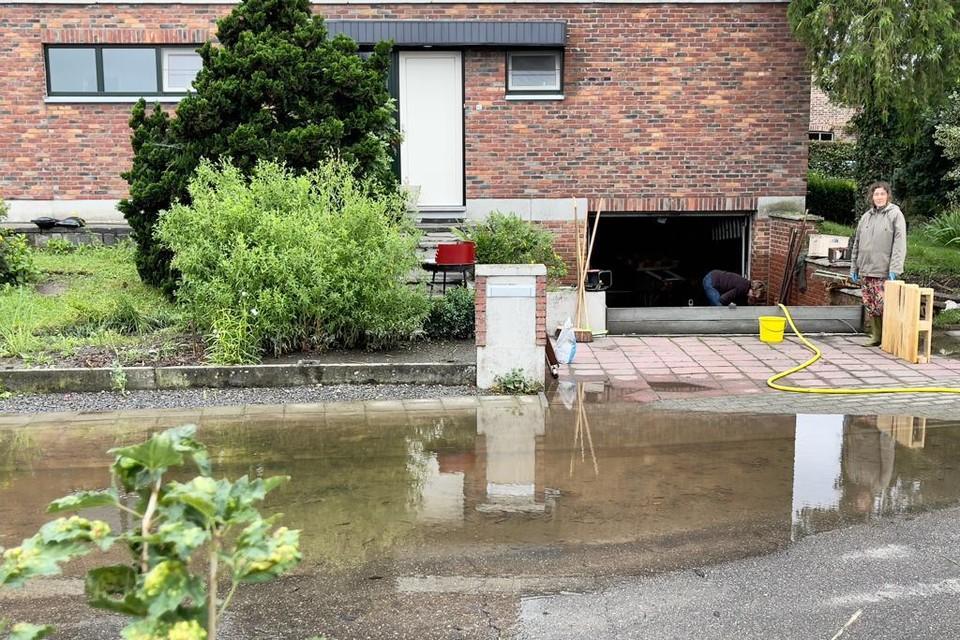 In de Kleindekkenstraat is Brigitte Paemelaere aan het werk in het laagst gelegen en zwaarst getroffen huis van de straat.