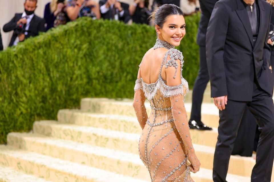 Het 25-jarige supermodel Kendall Jenner droeg een jurk die nog amper iets aan de verbeelding overliet.