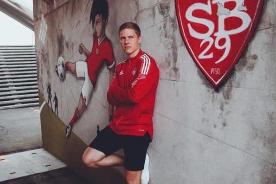 Uronen poseert voor het logo en in de outfit van zijn nieuwe club.