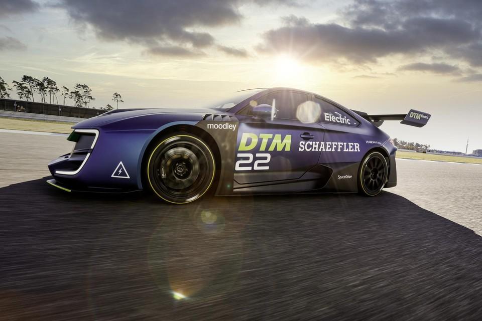 In Hockenheim werd een eerste prototype van de elektrische DTM getoond, maar races zullen ten vroegste in 2023 plaatsvinden.