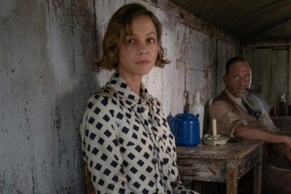 Carey Mulligan en Ralph Fiennes als landeigenares Edith Pretty en archeoloog Basil Brown in 'The Dig'.