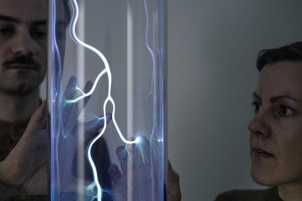 Theresa Bastek en Archibald Godts van studio Plastique onderzoeken elektriciteit in '.