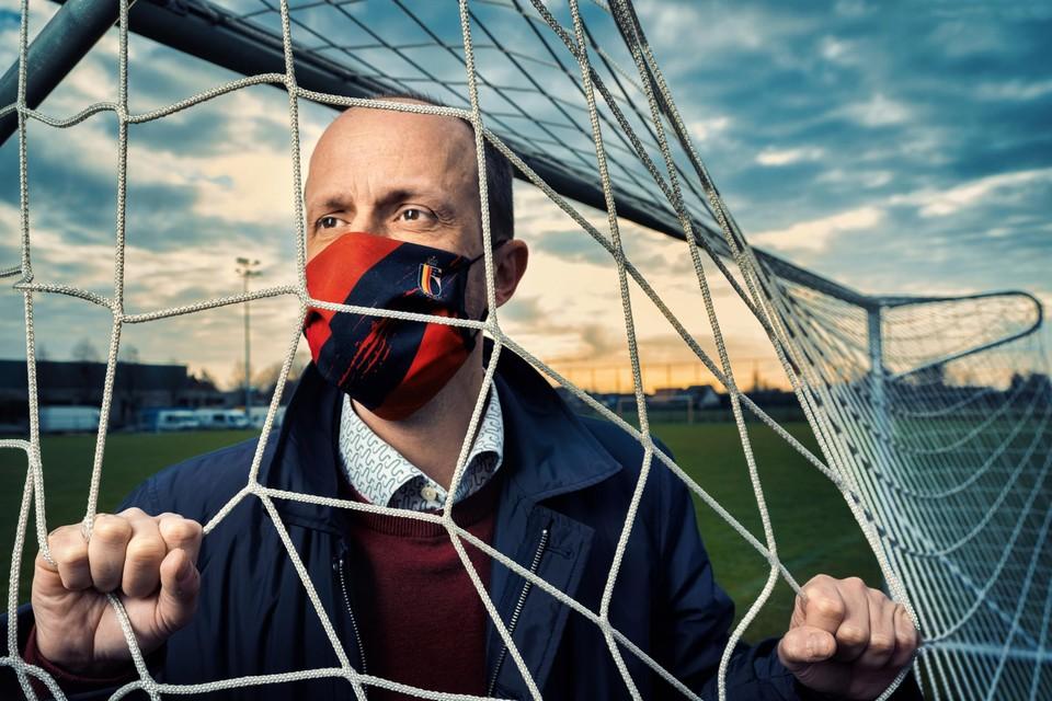 """Marc Van Craen met mondmasker van de KBVB: """"Dat oubollige imago van de Voetbalbond, da's een cliché. Ik ben 43. Da's niet piepjong, maar toch ook geen fossiel hé."""""""