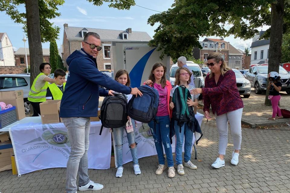 In Lummen werden zaterdag 150 boekentassen vol schoolmateriaal klaargemaakt.