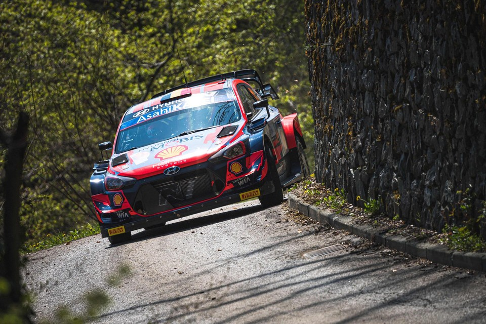 Thierry Neuville tijdens de voorbereiding op de Rally van Kroatië, gloednieuw en de eerste tarmacwedstrijd van het jaar.