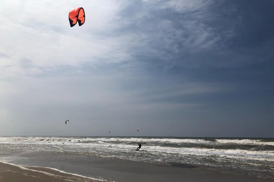 Het rustige strand in Kijkduin is op winderige dagen een hotspot voor kitesurfers.