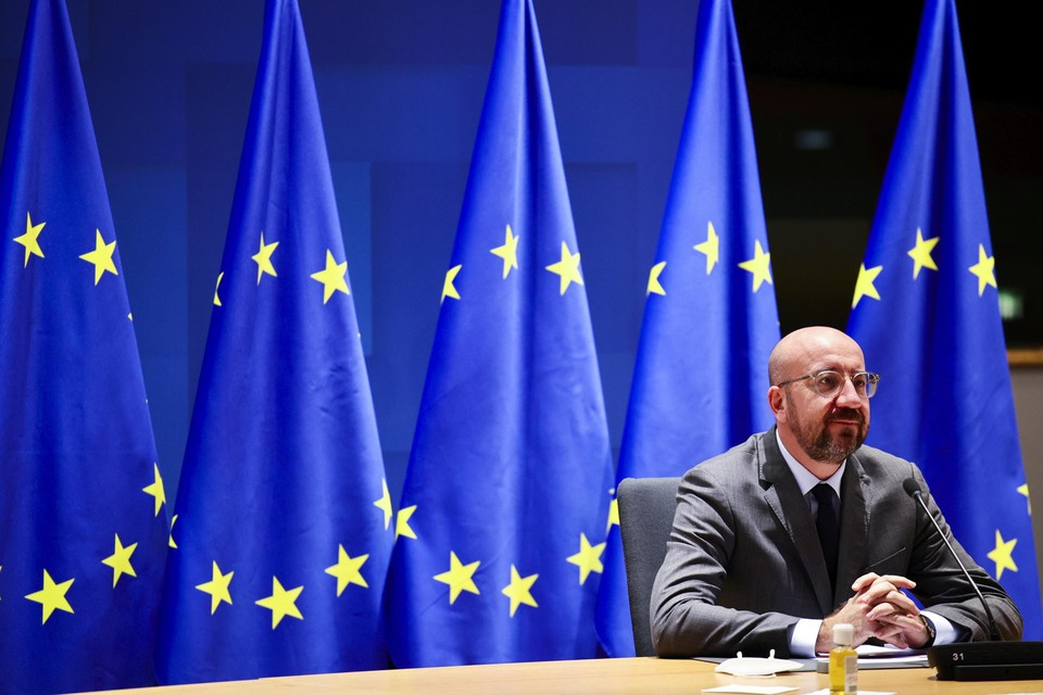 De Hongaarse en Poolse premiers Viktor Orban en Mateusz Morawiecki hebben hun veto's opgeheven, zo maakte Europese Raadsvoorzitter Charles Michel bekend.