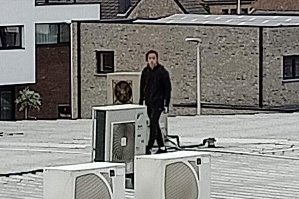 De man werd gefilmd toen hij op het dak van de Spar in Kortessem stond.