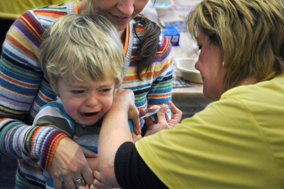 Covid-vaccinaties zijn in ons land momenteel voorzien vanaf 12 jaar, niet jonger. Maar sommige grafieken lijken iets anders te suggereren.