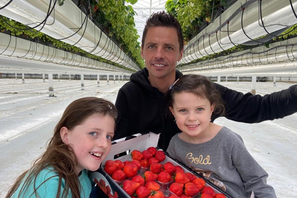 """Wim en Luis Meyers van het aardbeien- en kleinfruit bedrijf """"Meyers Softfruit"""" uit Riemst leverden de eerste aardbeien."""