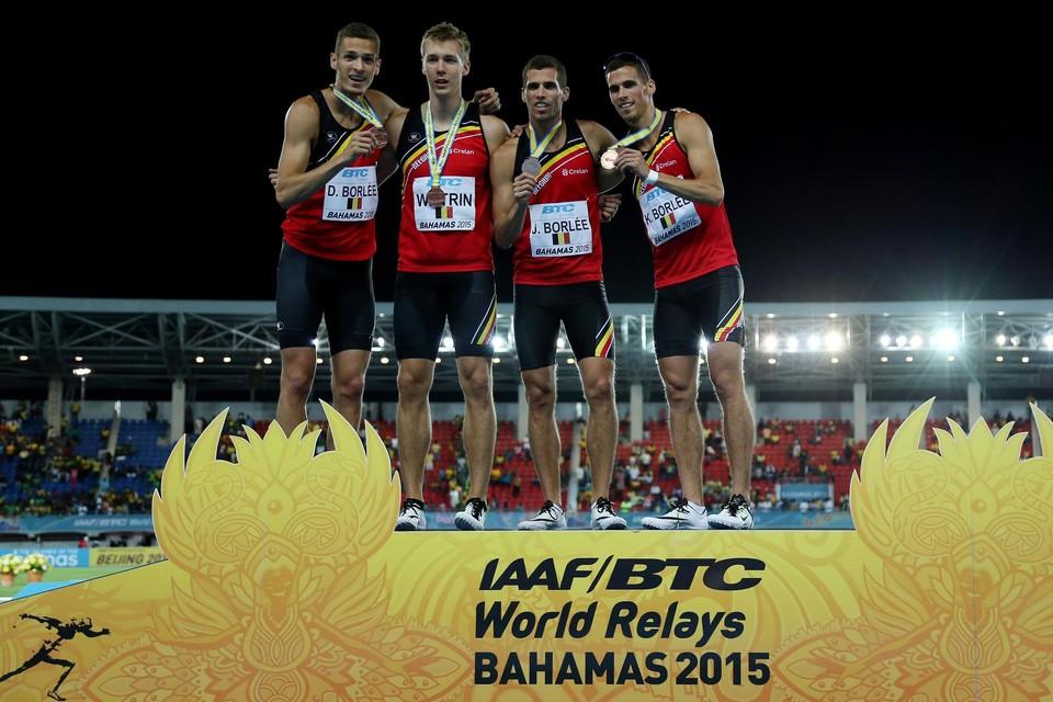 Dylan (links), Jonathan (tweede van rechts) en Kevin Borlée (rechts) met Julien Watrin na het halen van een medaille in de World Relays 2015.