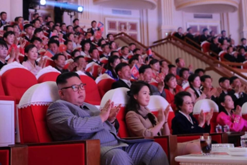 Kim Kyong-hui (derde van rechts) naast Kim Jong-un en zijn echtgenote.