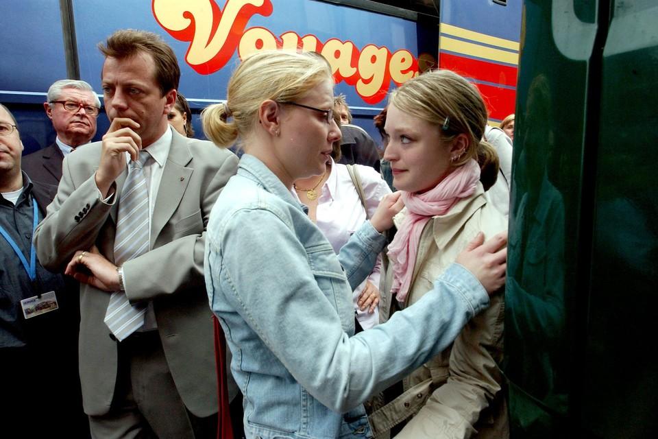 Sabine Dardenne (Rechts)samen met Laetitia Delhez tijdens een huisbezoek aan de woning van Marc Dutroux naar aanleiding van het proces.