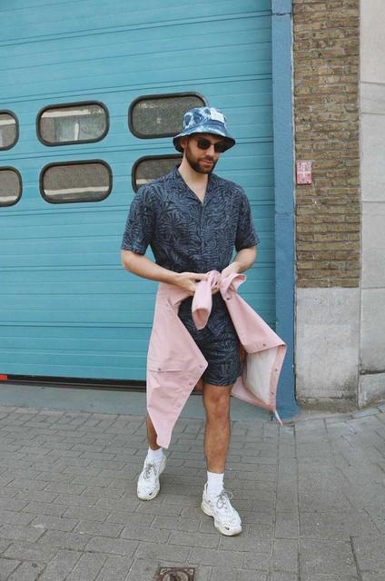 """Schoenen met een dikke zool, regenjas en bucket hat: voor de stijlvolle  van . """"Ik ga in summer outfit, regen of geen regen. Maar een regenjas en -hoedje kunnen nooit kwaad."""""""