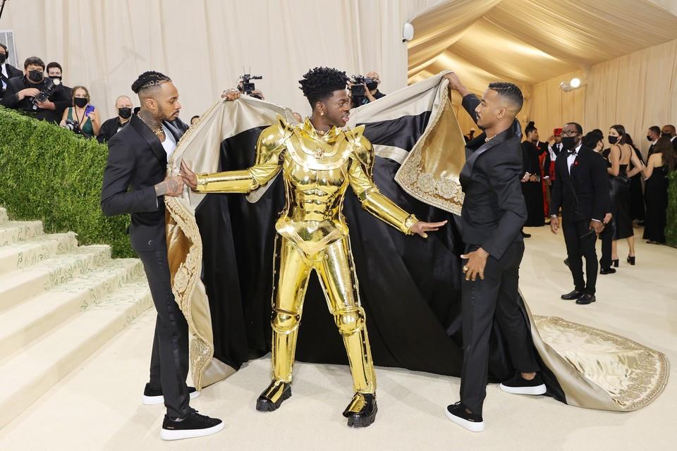 Lil Nas X droeg een harnas onder zijn royale mantel.