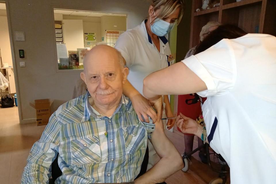 Julien Baer (82) was de eerste in het woonzorgcentrum Demerhof die het vaccin kreeg toegediend.