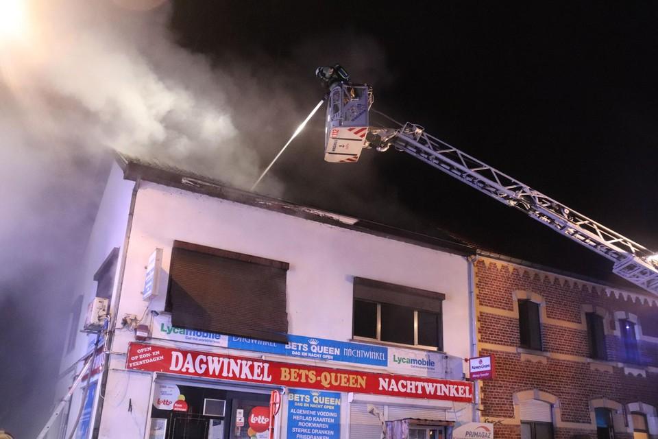 De ladderwagen werd ingezet om de brand in het huis achter de nachtwinkel te blussen.