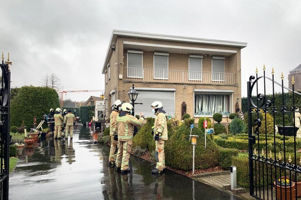 Door de gasexplosie sneuvelden de ramen van het huis.