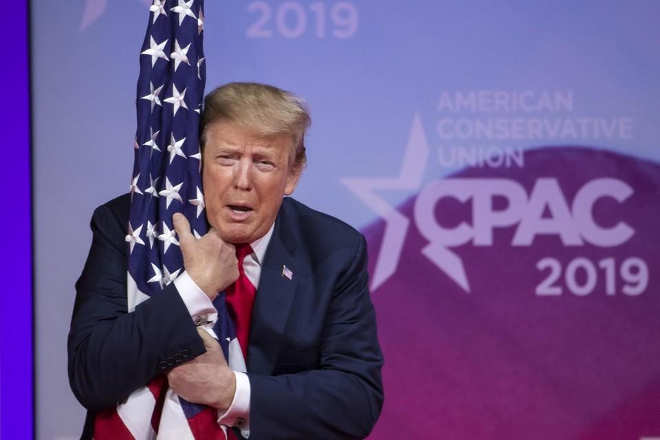 Maart 2019. Een rode draad de laatste vier jaar was de patriottische inslag van Trumps optredens. Hier knuffelt hij innig de Amerikaanse vlag op een bijeenkomst van een politiek actiecomité, in het Gaylord congrescentrum in Maryland.