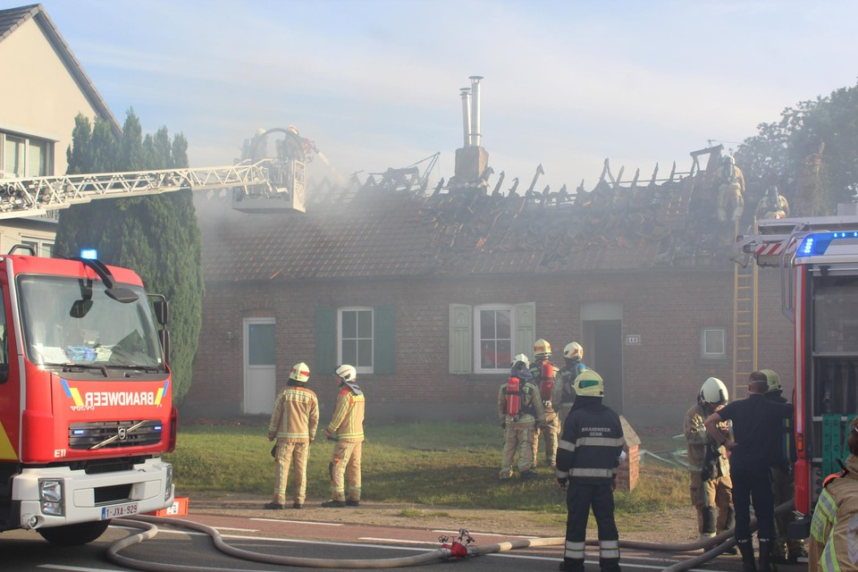 Het vuur sloeg via het dak over van de ene woning op de andere.