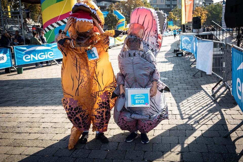 De jonge kameraden Pieter Rodiers (11) en Guus Vannuette (12) kregen verkleed als opblaasbare dino's de lachers langs de kant van de weg op hun hand.