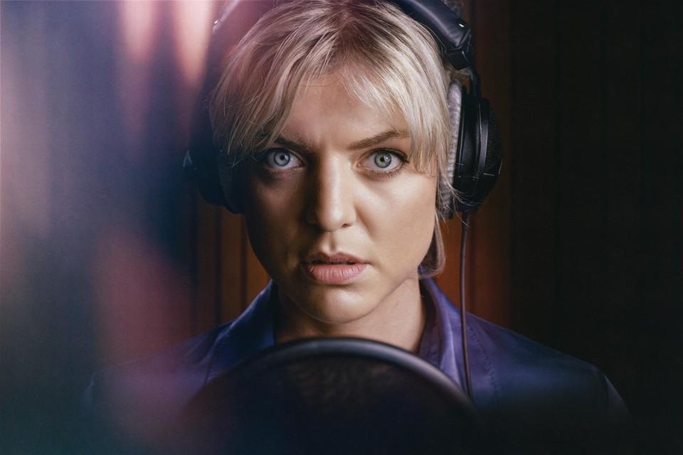 Ella Leyers speelt Lara, een charismatische maar brutale radiopresentatrice.