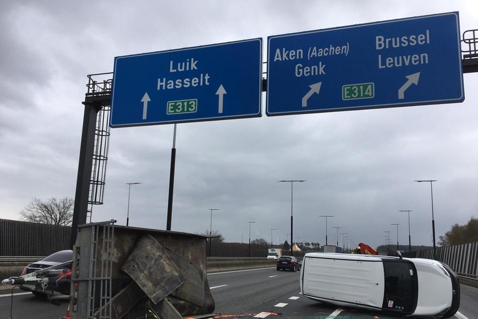 Op de E313 in Lummen is een bestelwagen met aanhangwagen gekanteld.