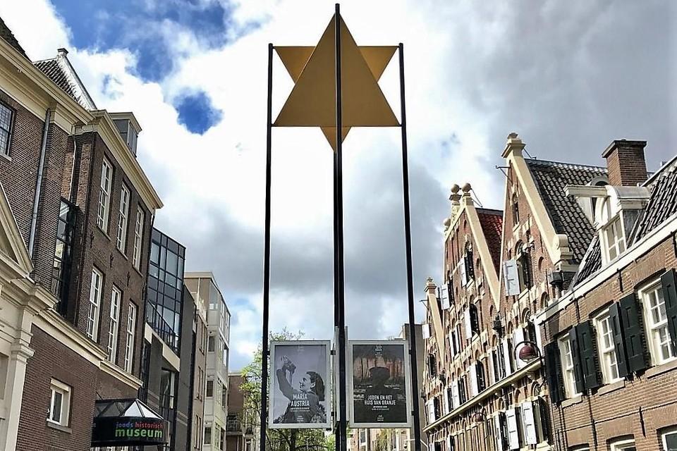 Aan de ingang van het Joods Historisch Museum staat een grote Jodenster.