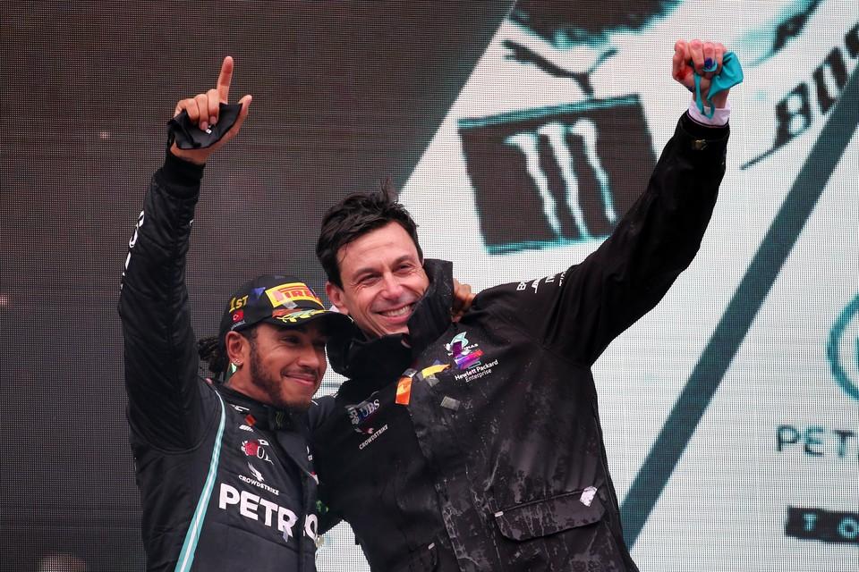 Wolff (rechts) aan de zijde van wereldkampioen Lewis Hamilton.