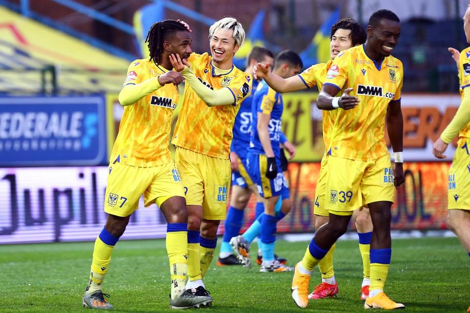 Topschutter Suzuki viert het behoud met Mboyo, die andere doelpuntenmaker.
